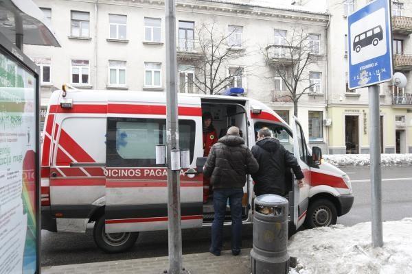 Autobusų stotelėje mirė žmogus