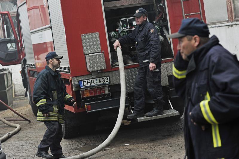 Kauno rajone, užsiliepsnojus statybiniam vagonėliui, sudegė moteris