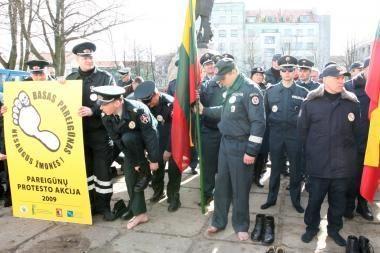 Klaipėdos pareigūnai protestavo basi