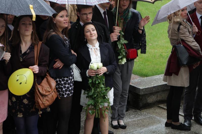Lietus neištirpdė paskutinį skambutį švenčiančių abiturientų nuotaikos