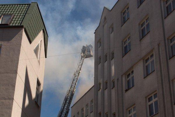 Vilniuje liepsnoja gyvenamojo namo stogas