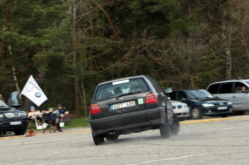 Klaipėdoje aikštelėje prie jūros įvyko automobilių slalomas