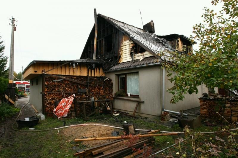 Kaune užsiliepsnojusio namo savininkas atsidūrė ligoninėje