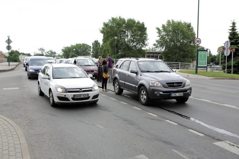 """""""Pasibučiavę"""" keturi automobiliai užkimšo Pilies gatvę"""