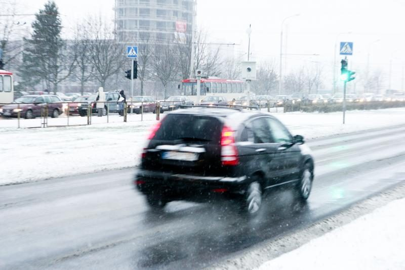 Eismo sąlygos: keliai daug kur padengti sniegu