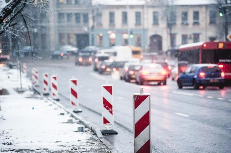Pirmasis gruodžio sniegas į gatves išginė kelininkus