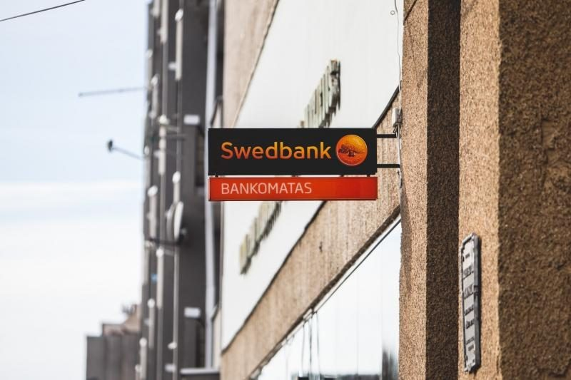 """Po gandų atakos – """"Swedbank"""" bankomatų šturmas"""