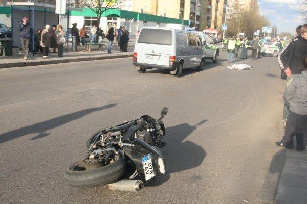 Ant kelio pasipaniojus šuniui žuvo motociklininkas