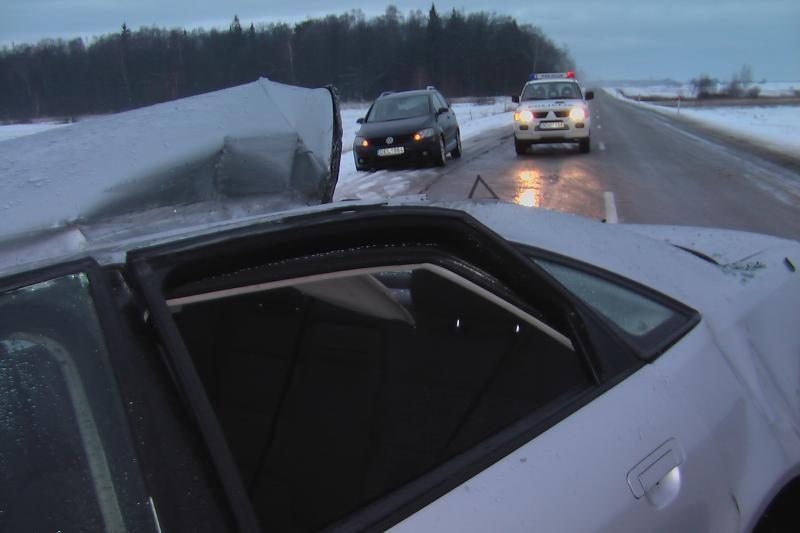 """Kretingos rajone """"Audi A4"""" įsirėžė į negabaritinį krovinį"""