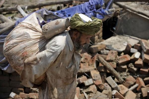 Pakistane gyventojai masiškai traukiasi iš potvynių apimtų regionų
