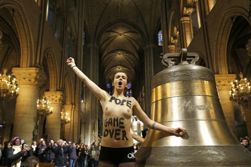 """Paryžiaus katedroje """"Femen"""" džiūgavo dėl popiežiaus atsistatydinimo"""
