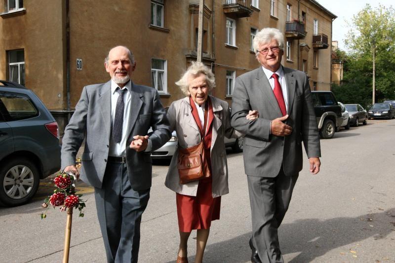 100-metė mokytoja nepamiršta prieš 50 metų mokyklą baigusių mokinių