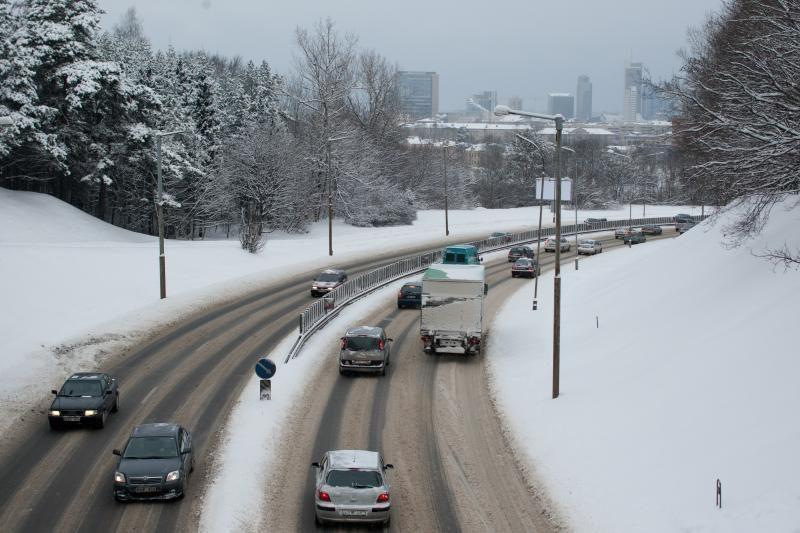 Vilniuje važiavimo sąlygos patenkinamos, keliai barstomi