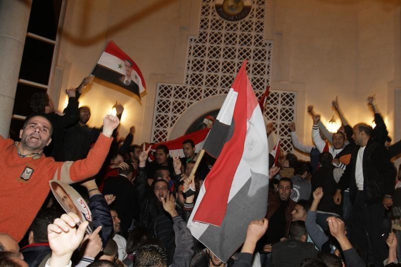 Sirijoje demonstrantų minios puolė diplomatines misijas