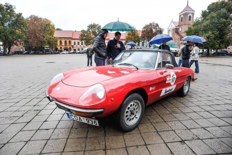 Į Kauną užsuko klasikinių automobilių ralis