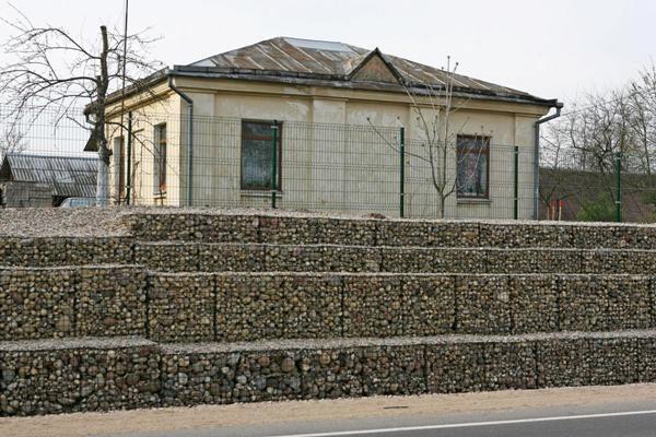Kelių statyboje pradėta naudoti šlaitų tvirtinimo gabionais technologija