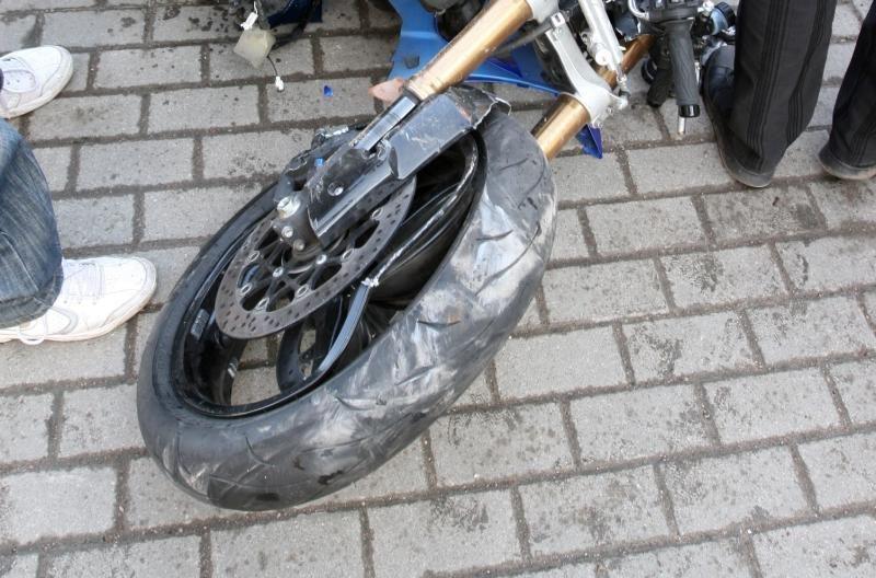 Motociklininkas bandė važinėtis ant vieno rato, bet tėškėsi į mašiną