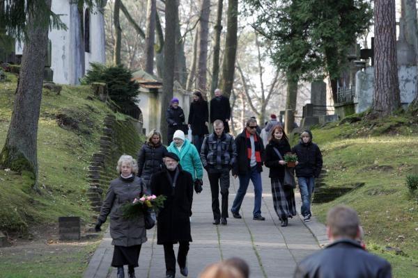 Mertinai A.Brazausko kapą aplankė Vėlinių išvakarėse