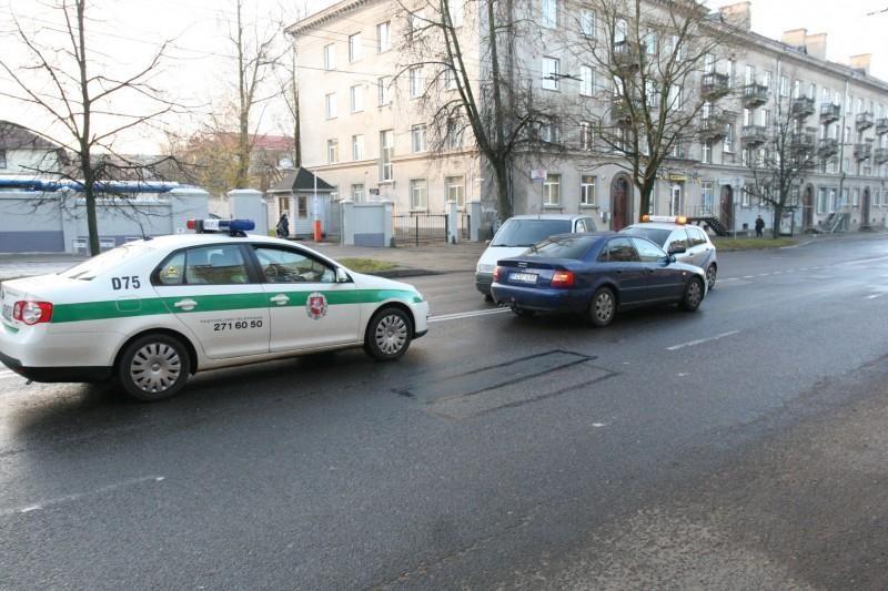 Neatidaus vairuotojo klaida: sudaužyti trys automobiliai