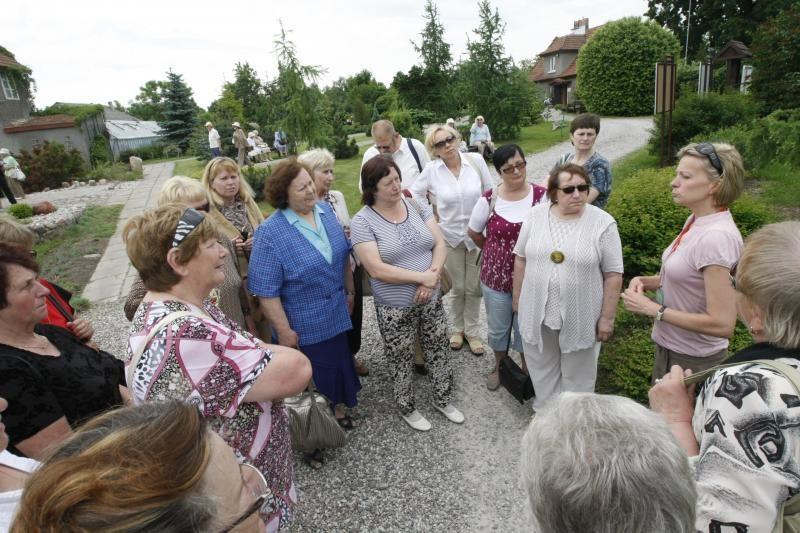 Senjorai padovanojo Klaipėdos botanikos sodui du suolus