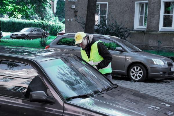 Mokestį už mašinų stovėjimą renka ir žmonės