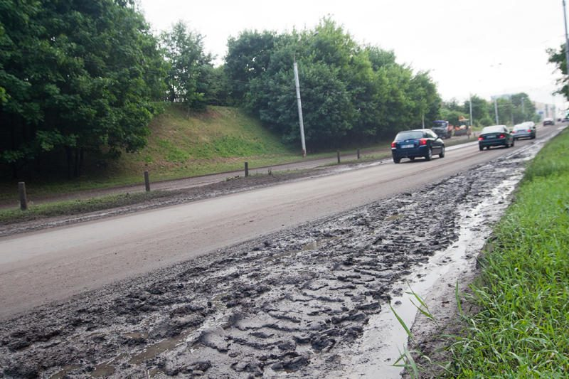 Vilniuje ugniagesiai išgelbėjo liūties apsemtame automobilyje įstrigusią moterį