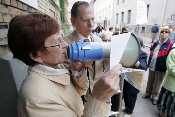 Protestuojantys aklieji ir silpnaregiai reikalauja vadovo galvos (papildyta)