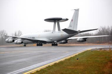Aviacijos bazėje Šiauliuose nusileido NATO skraidantis radaras