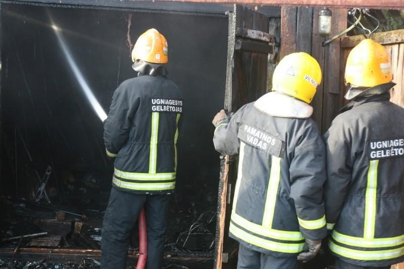 Dėl gaisro daugiabutyje Vilniuje buvo evakuoti 32 žmonės (papildytas)