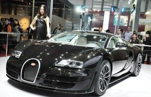 """Kinijos turtuolis pasidovanojo vienetinį stebuklą """"Bugatti Veyron"""""""