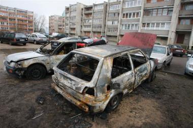 Viename kieme degė trys mašinos