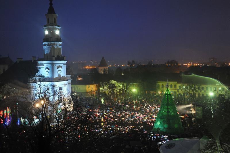 Kaune sužėrėjo smaragdinė Kalėdų eglė