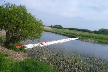 Biržų rajone į upę išsilieję naftos produktai renkami