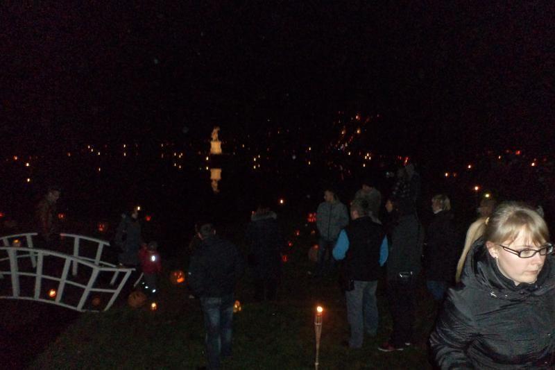 Švėkšnos dvaro parką nušvietė šimtai moliūgų liepsnelių