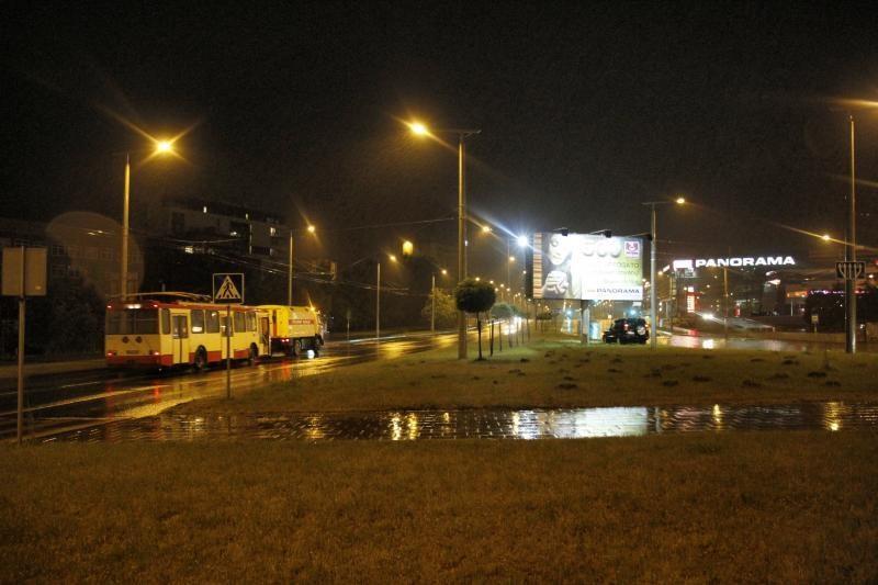 Per naktinę liūtį Vilniuje skendo automobiliai