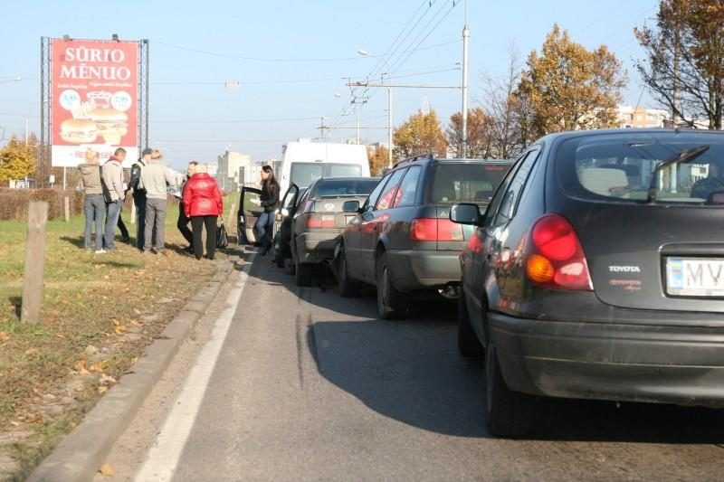 Vilniuje Laisvės prospekte susidūrė penki automobiliai