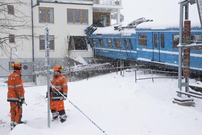 Švedijoje valytoja nuvarė traukinį ir rėžėsi į namą