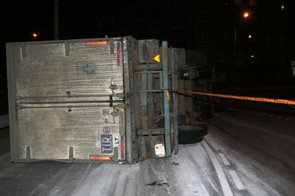 Vilniuje, Savanorių pr. žiede, susidūrė troleibusas ir sunkvežimis (papildyta)