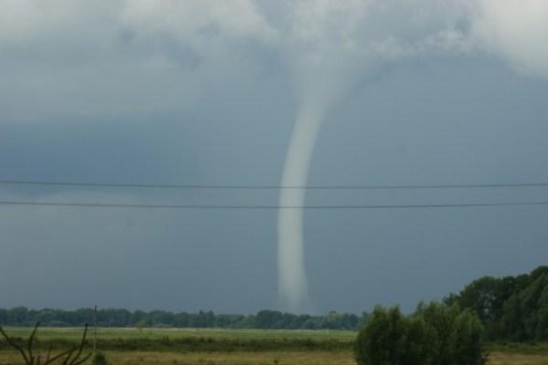 Pamario gyventojus išgąsdino tornadas virš Kuršių marių (papildyta)