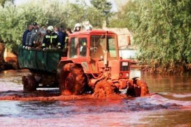Vengrijoje sugriuvusio šlamo rezervuaro apsauginį pylimą tikimasi baigti statyti antradienį