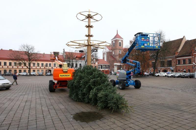Rotušės aikštėje ryškėja auksinės Kalėdų eglės kontūrai