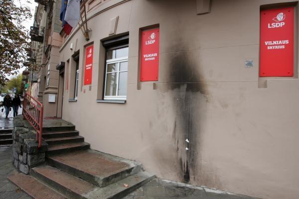 Į socialdemokratų patalpas Vilniuje naktį mestas butelis su degiu skysčiu (papildyta)