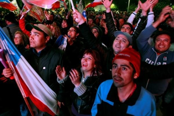 Po žeme įstrigę Čilės kalnakasiai keliami į paviršių (tiesioginė transliacija)