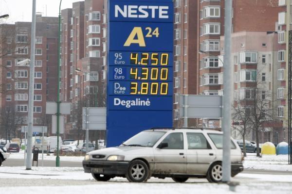 Benzino kaina degalinėse persirito per 4,30 Lt ribą