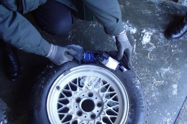 Nidoje sulaikyta mašina rūkalų prikimštais ratais