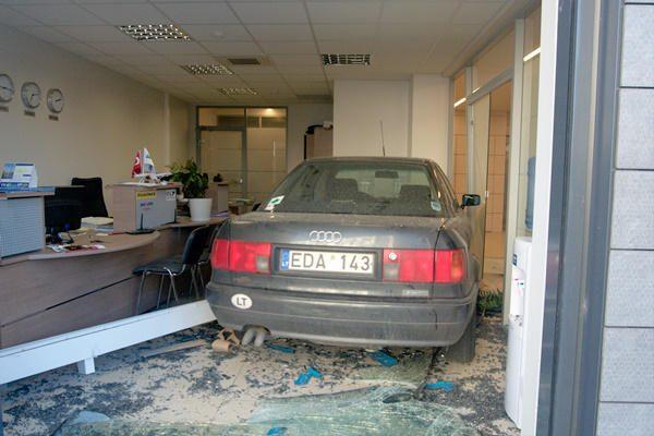 Neatsargi moteris Vilniuje įvažiavo į biurą (papildyta)