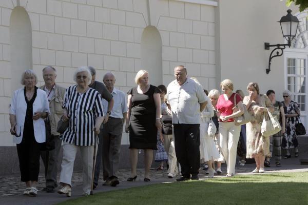 Atsisveikinti su prezidentu A.M.Brazausku plūsta šimtai žmonių
