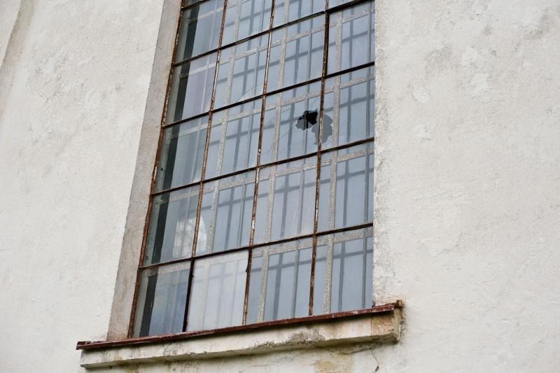 Vandalai išdaužė Raudondvario bažnyčios langus