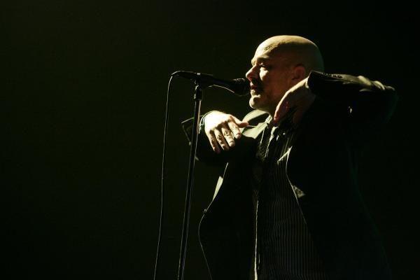 """""""R.E.M."""" lyderis klaupėsi prieš gerbėjus"""