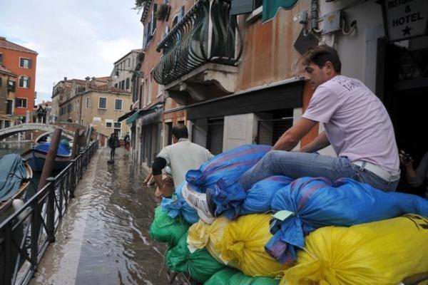 Smarkios liūtys Italijoje nusinešė mažiausiai tris gyvybes